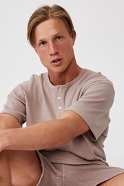 Brązowy T-shirt z krótkimi rękawami Henley
